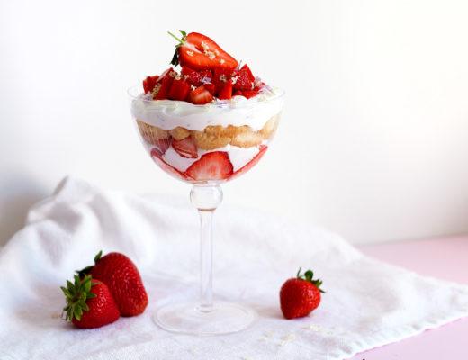 Erdbeer-Tiramisu mit Holunderblütensirup und Gundermann
